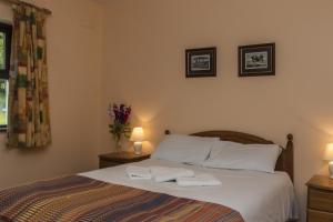 Llit o llits en una habitació de Old Killarney Cottages