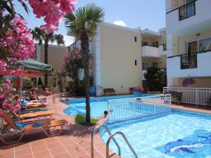 The swimming pool at or close to Bueno Hotel