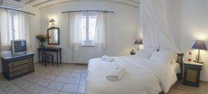 מיטה או מיטות בחדר ב-Zephyros