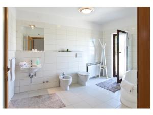 A bathroom at Apartments Moderno 2