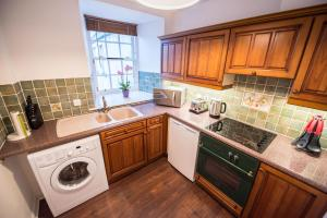 A kitchen or kitchenette at The Mill Inn Apartments