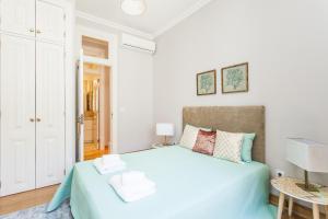 A bed or beds in a room at LxWay Apartments Rua da Prata