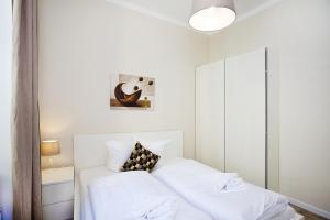 A bed or beds in a room at Celebration Flat by Ruterra