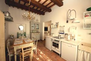 A kitchen or kitchenette at Spello House Altana