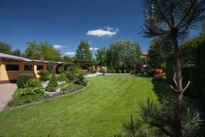 A garden outside De Luxe Relax Vila