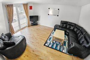 A seating area at Thistle Apartments - King's Apartment