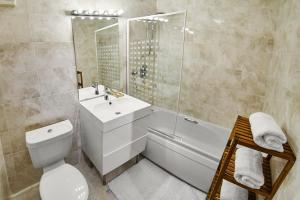 A bathroom at Thistle Apartments - King's Apartment