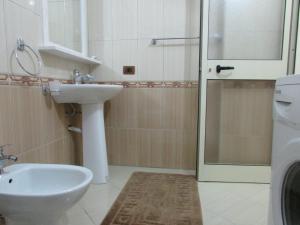 A bathroom at Aati Apartment