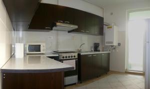 O bucătărie sau chicinetă la Summerland Serviced Apartments Mamaia