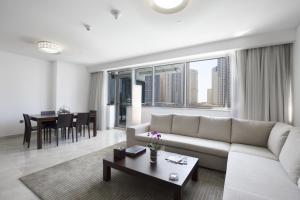 A seating area at La Verda Suites and Villas Dubai Marina