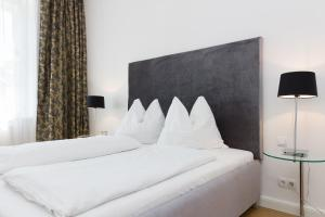 A bed or beds in a room at Rafael Kaiser – Budget Design Apartments Vienna
