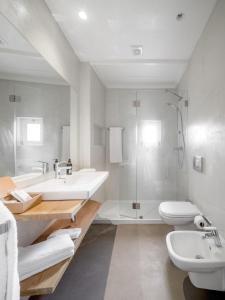 Uma casa de banho em Mouzinho 160 by Oporto Tourist Apartments