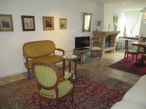 Ein Sitzbereich in der Unterkunft Les Rues Basses