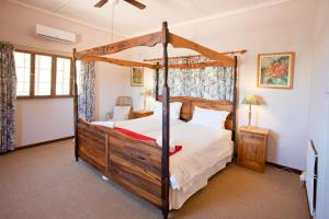 A bed or beds in a room at Red Stone Hills