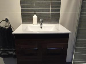 A bathroom at Carrick Central Apartments