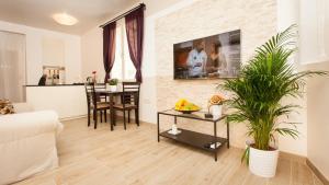A seating area at Apartments Villa Bianca