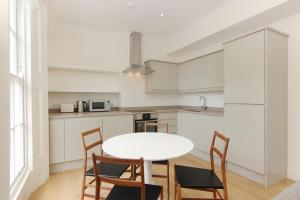 A kitchen or kitchenette at London Lifestyle Apartments – Chelsea
