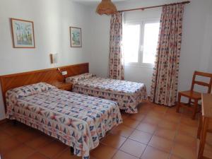Een bed of bedden in een kamer bij Apartamentos Los Pinares Benet