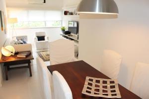 A kitchen or kitchenette at Leblon House I