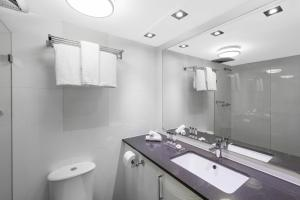 A bathroom at Oaks Sydney Hyde Park Suites