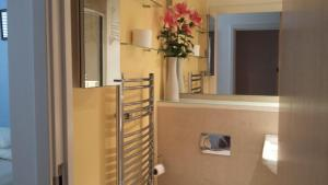 A bathroom at Central Brighton Apartment with Private Parking