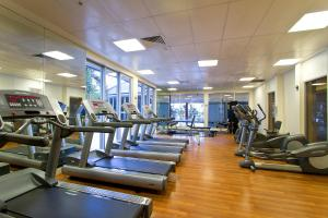 The fitness centre and/or fitness facilities at Mantra Towers of Chevron