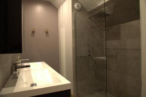 A bathroom at Le Clos Des Coteaux