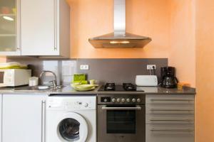 A kitchen or kitchenette at Apartamentos Can Saula