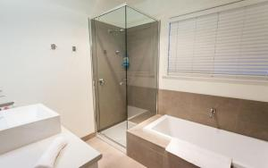 A bathroom at Point Lonsdale Holiday Apartments