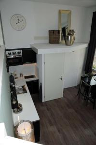 A kitchen or kitchenette at Gastenappartement De Bergpoort