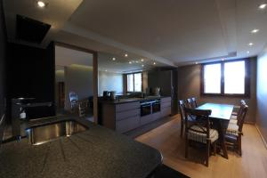 A kitchen or kitchenette at Appartement Rocheray