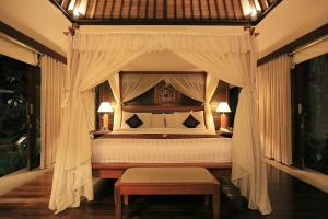 A bed or beds in a room at The Sanyas Suite Bali