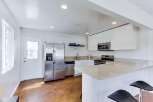 A kitchen or kitchenette at Charming Cozy Ocean Beach Cottage