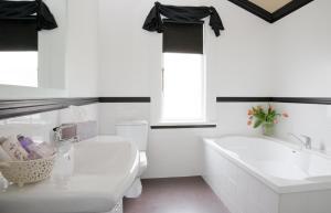 A bathroom at The Villa Holiday Home