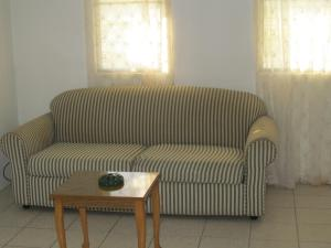 A seating area at Silver Ray Apartments