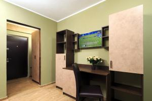 A television and/or entertainment centre at Style Residence Sibiu Rooms & Studios