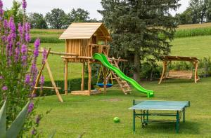 Ein Kinderspielbereich in der Unterkunft Ferienwohnung Hanetseder