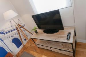 Una televisión o centro de entretenimiento en Apartamentos Las Letras