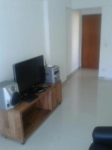 A television and/or entertainment center at Apartamento Setor Bueno