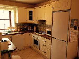 A kitchen or kitchenette at Ballycommon House