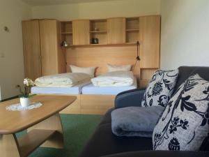 Ein Bett oder Betten in einem Zimmer der Unterkunft Sonnenhof