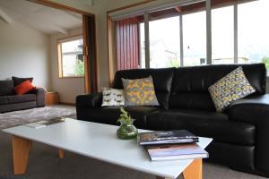 Posezení v ubytování Riverside Retreat Roxburgh