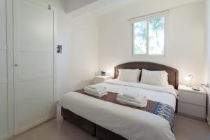 Кровать или кровати в номере Colony Suites- Yehoash St.