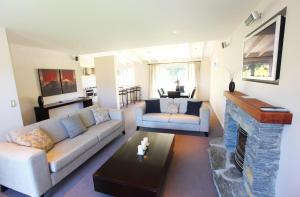 A seating area at Arrowfield Apartments