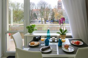 Apartament Świętojańska tesisinde bir restoran veya yemek mekanı
