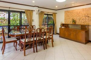 A restaurant or other place to eat at Villa Jade 4 Bedroom