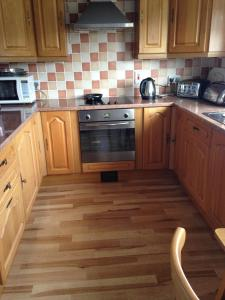 A kitchen or kitchenette at Eileens Holiday Home