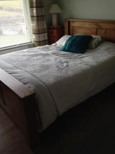 A bed or beds in a room at Eileens Holiday Home