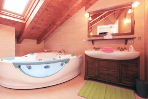 A bathroom at Cocco House