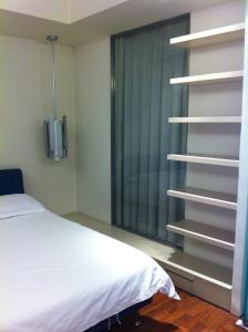 A bed or beds in a room at Beijing Haisheng International Apartment